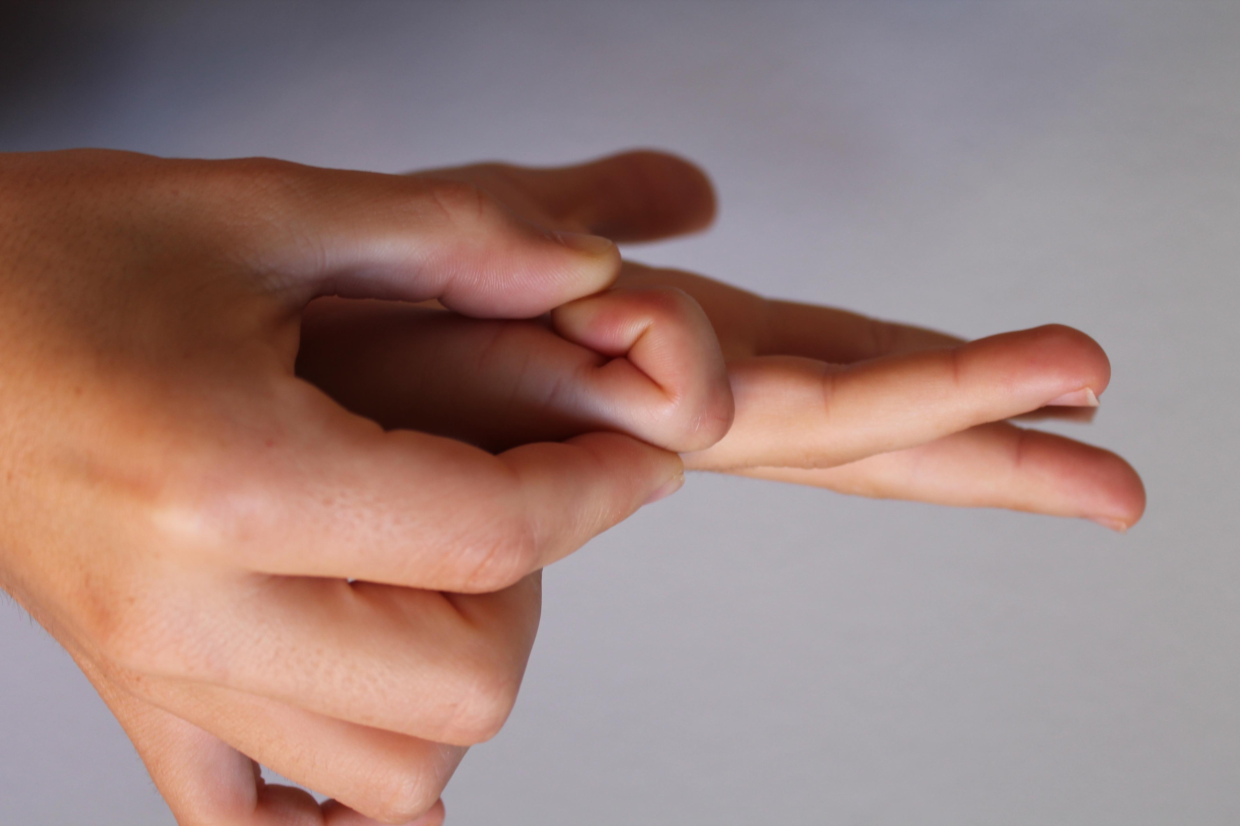 bulto en el dedo pequeno de la mano